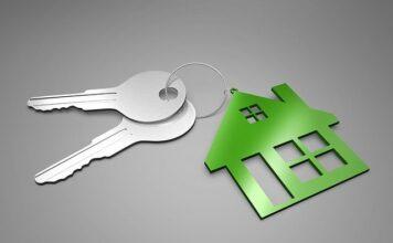 Kupno domu to nie lada wyzwanie. Sprawdź co trzeba załatwić!Klucze z zawieszką w kształcie domu.