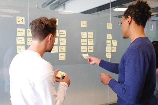 Tablica Kanban staje sie głównym elementem spotkań zespołu - dzięki temu każdy może łatwo sprawdzić co sie dzieje z danym zadaniem.