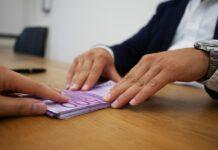 Pożyczka dla zadłużonych wymaga często wypłaty w gotówce, by uniknąć zajęcia komorniczego.