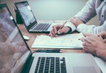 Działalność gospodarcza czy spółka? To bardzo ważne pytanie przy zakładaniu własnej firmy. Dlatego warto to przemyśleć i skonsultować z doradcą. Na zdjęciu dwie osoby podczas spotkania przy laptopach.