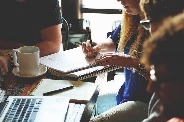 Umiejętność komunikacji w grupie to nie tylko mówienie, ale również aktywne słuchanie.